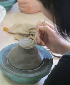 陶芸体験で高台の基準線を2本線を引いているところ