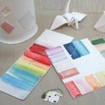 陶芸絵の具のテストピースが机の上に並んでいる