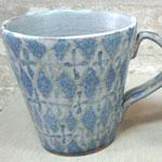 幾何学模様の青いマグカップ