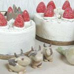 陶器でできた雄牛の置物とクリスマスケーキ