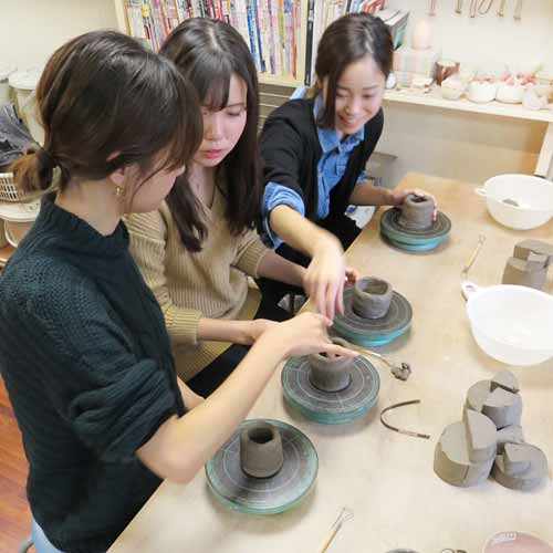 陶芸教室の陶芸体験プランで楽しそうに制作する3人組の女性