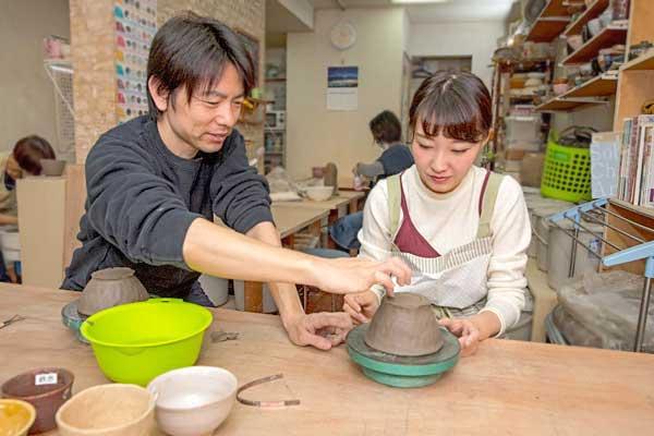 講師が優しく指導する初めての陶芸体験