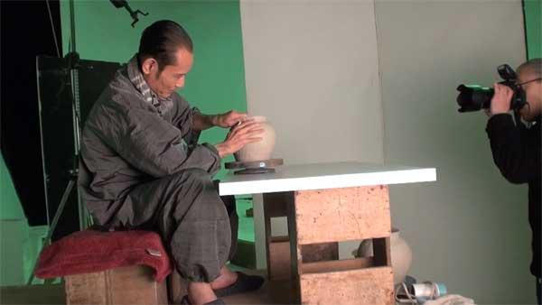 鶴太郎さん、救心のCMで陶芸制作撮影中