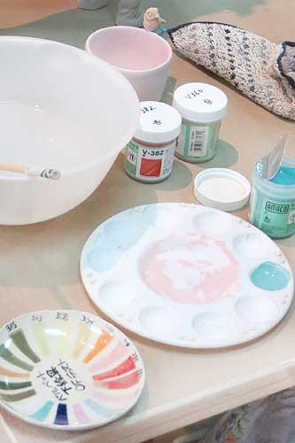 陶芸の絵の具で絵付けをする様子
