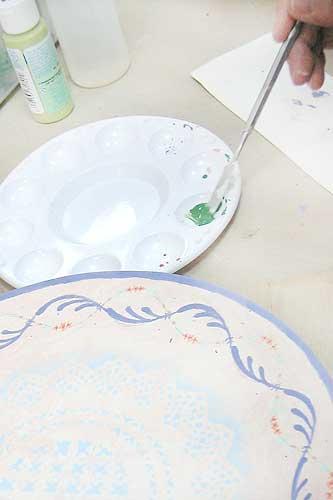 陶芸の絵の具を溶いて絵付け体験する