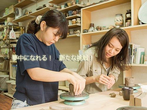 手びねりで陶芸を体験する女性